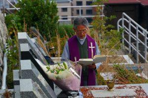 阪上先生の墓前で祈りを捧げる中村神父様